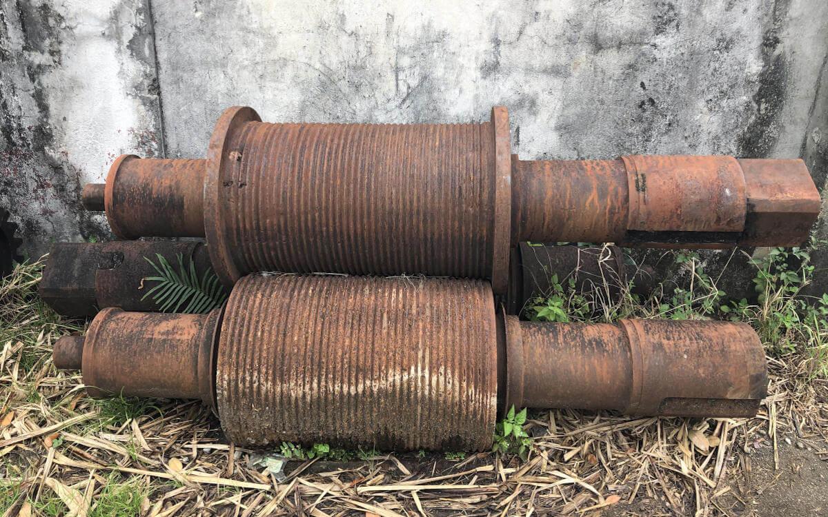 Alte Presswalzen für das Zuckerrohr - Rhum Agricole aus Guadeloupe