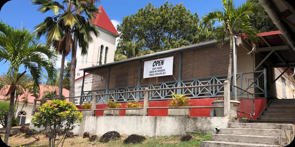 Guadeloupe, Deshaies, Filmset Polizeistation Bleupearl's Tour A - Paradiese von Basse-Terre
